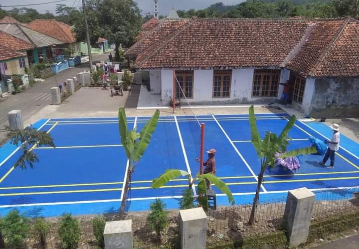 Pemuda dan Warga Dusun Pabuaran Desa Galaherang Gotong Royong Bangun Lapangan Olahraga